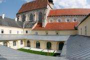 Minoritenkloster Krems-Stein | Klosterhof und Kirche
